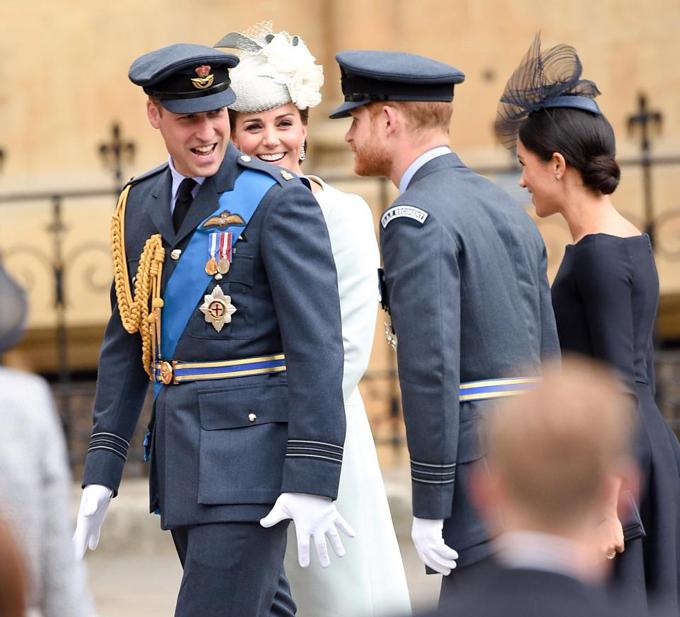 Hai cặp vợ chồng thường xuyên quay sang trò chuyện, cười đùa với nhau trong suốt buổi lễ.
