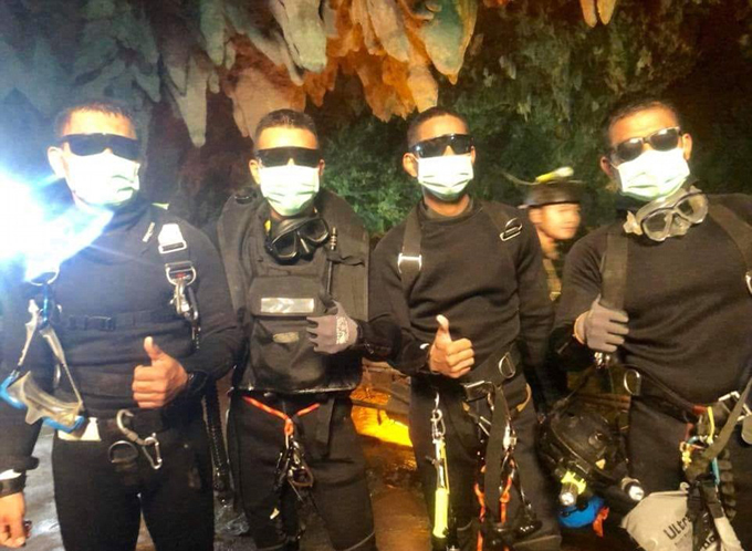 Những người lính Hải quân Thái Lan cũng tự ăn mừng với nhau khi cùng giơ ngón cái và chụp ảnh thật ngầu trong hang động.