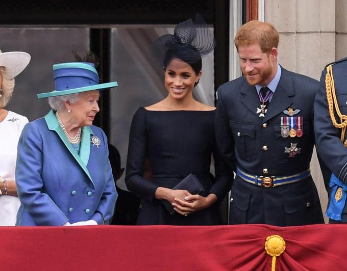Cặp vợ chồng cũng thỉnh thoảng tiếp chuyện với Nữ hoàng.