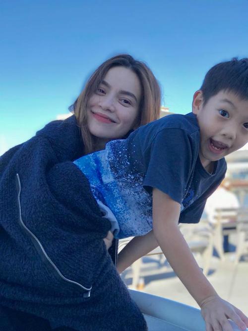 Hồ Ngọc Hà và con trai Subeo đang vi vu ở trời Tây. Nữ ca sĩ viết: Nắng trong và se lạnh. Cảm giác nhẹ bẫng, dạo chơi, đạp xe quanh biển, ngắm chim bay và yêu thương nhau. Chỉ cần thế thôi...cậu nhỉ.