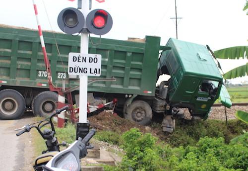 Hiện trước chiếc xe tải lúc vừa bị tàu đâm.