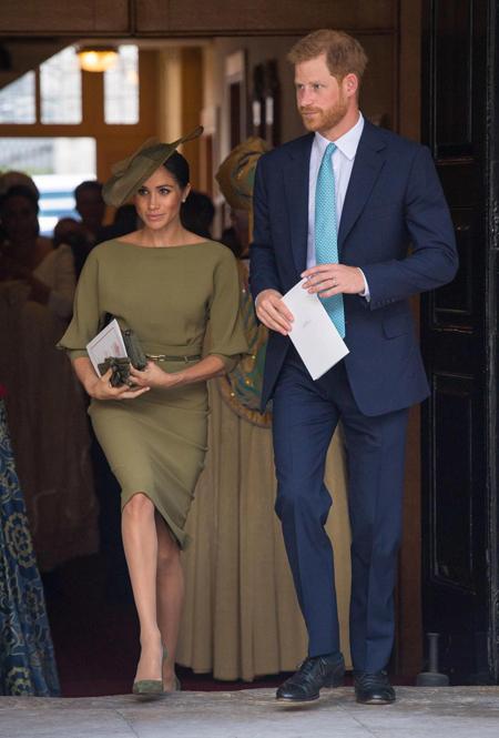 Trong đó, thu hút sự chú ý của cánh săn ảnh và người hâm mộ nhất là vợ chồng Hoàng tử Harry. Nữ công tước xứ Sussex được đánh giá thanh lịch trong bộ váy màu xanh ôliu của nhà thiết kế người Mỹ Ralph Lauren. Chiếc váy có cổ thuyền, tay lỡ, hơi rộng ở trên và bó bên dưới khiến cho Meghan trông vừa thoải mái vừa quyến rũ.