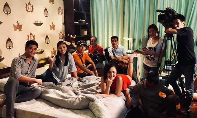 Bước ảnh đoàn làm phim Quỳnh búp bê được Phương Oanh chia sẻ.