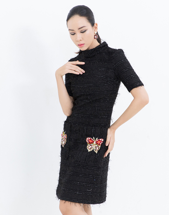 Họa tiết cánh bướm, ong được kết cườm và đá màu thủ công để tăng nét sang trọng cho các mẫu váy.