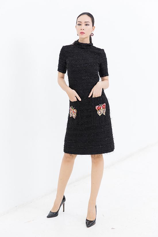Ngoài tông xanh chủ đạo, nhà thiết kế còn sử dụng vải twed màu trắng ngà, đen để mang tới nhiều kiểu váy liền thân.