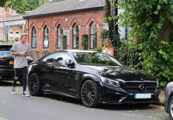 Cặp đôi chạy xe Mercedes S63 màu đen.