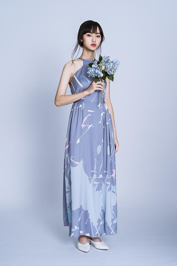 Các mẫu thiết kế gây ấn tượng nhờ họa tiết hoa cỏ ngẫu hứng hay những mảng màu theo phong cách pop of colors.