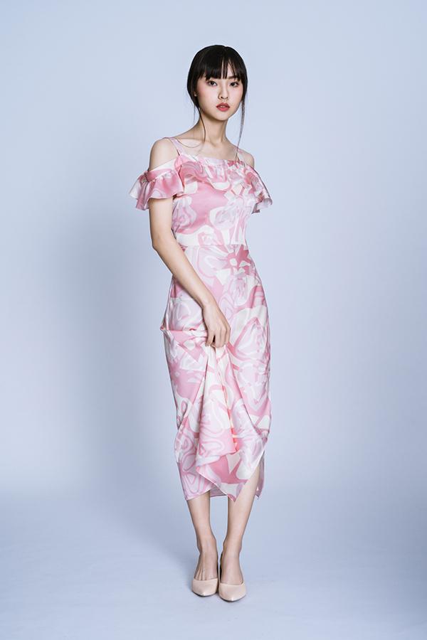 Nhà mốt Việt tập trung khai thác các kiểu váy hai dây, váy cổ yếm, đầm rớt vai đề cao sự thoải mái. Những xu hướng được ưa chuộng như bèo nhún, thắt eo cũng được áp dụng cho nhiều mẫu váy gợi cảm.