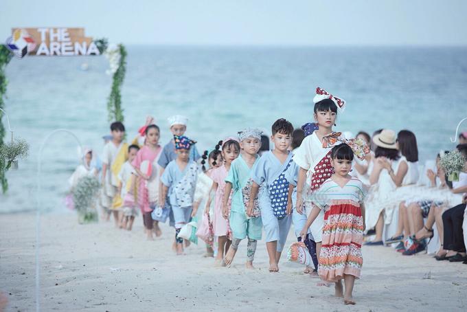 Minh Lâm cùng gần 200 mẫu nhí có màn trình diễn khai mạc tại sự kiện thời trang trẻ em. Các bé diện trang phục nằm trong bộ sưu tập của nhiều thương hiệu thời trang nhí nổi tiếng Việt Nam.