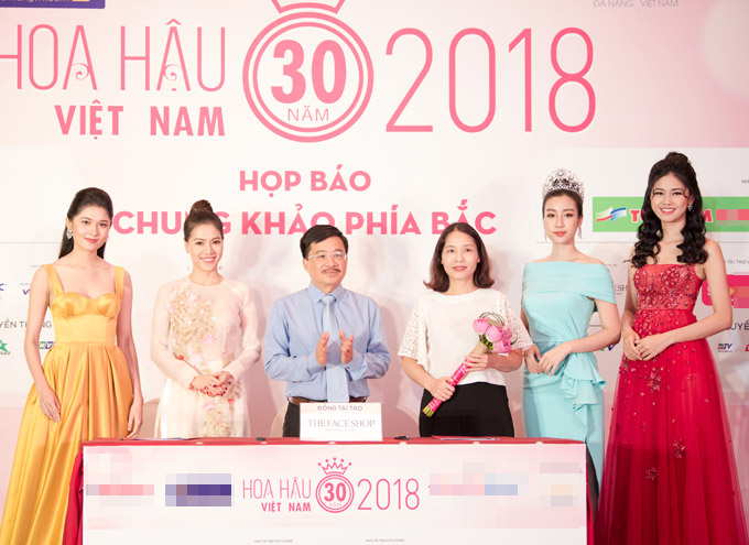 Hoa hậu Đỗ Mỹ Linh cùng hai Á hậu Thanh Tú, Thùy Dung rạng rỡ tham gia buổi họp báo vòng chung khảo phía Bắc sáng nay (10/7) tại Hà Nội.