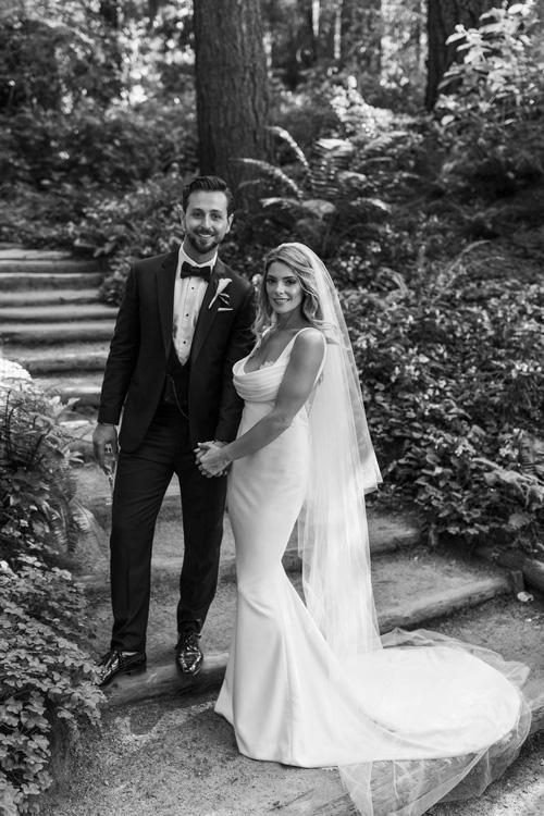 Ashley Greene nổi danh nhờvai diễn Alice Cullen trong phim điện ảnhTwilight, trong khi vị hôn phuPaul Khoury là một nhà sản xuất phim truyền hình của Úc. Cả haicó mối tình kéo dài từ năm 2013 qua sự giới thiệu từ bạn bè. Vào ngày 19/12/2016, sau một buổi tập yoga, cặp uyên ương leo núi (dưới mưa) tại thác Bridal Veil ở New Zealand. Chúng tôi leo từ chân tới đỉnh núi, và Paul đặt máy ảnh để chụp hình cả hai nhưng thực tế là anh ấy ghi lại hình ảnh lúc anh ấy cầu hôn tôi. Chúng tôi đã có khoảngthời gian tuyệt vời giữa khung cảnh thác nước hùng vĩ, cô dâu mới hồi tưởng.