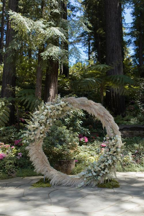 Mặc dù Ashley cho rằng nơi tổ chứchôn lễ đã quá đẹp tới nỗi chẳng cần trang trí gì thêm, nhưng cuối cùng cặp vợ chồng đã chọn một cổng hoa hình tròn làm nơi trao nhau lời thề nguyện.Vòng tròn là sự lựa chọn hoàn hảo, biểu thị cho tình yêu vĩnh cửu, không có điểm dừng và kỷ niệm cho ngày mà chúng tôi thề gắn bó trọn đời bên nhau, nữ diễn viên bày tỏ. Wedding planner đã khéo léo tạo cổng hoa bằng cỏ bông bạc (cỏ pampas), khuynh diệp và hoa hồng trắng, hồng phớt.