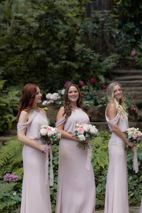 Ashley mời 7 người bạn thân nhất làm phù dâu. Mỗi ngườiđều mặc một chiếc váy hồng phớt thiết kế bởi Watters và một người mặc váy của MOH.