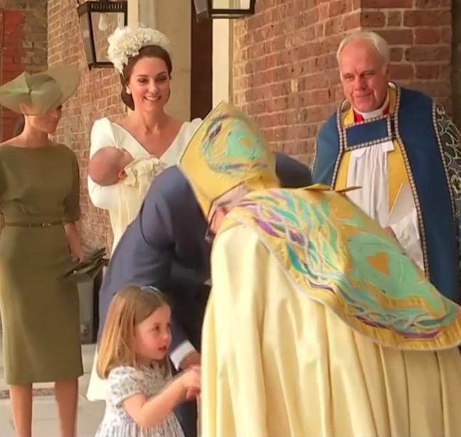Công chúa Charlotte chiếm sóng trong lễ rửa tội của em trai