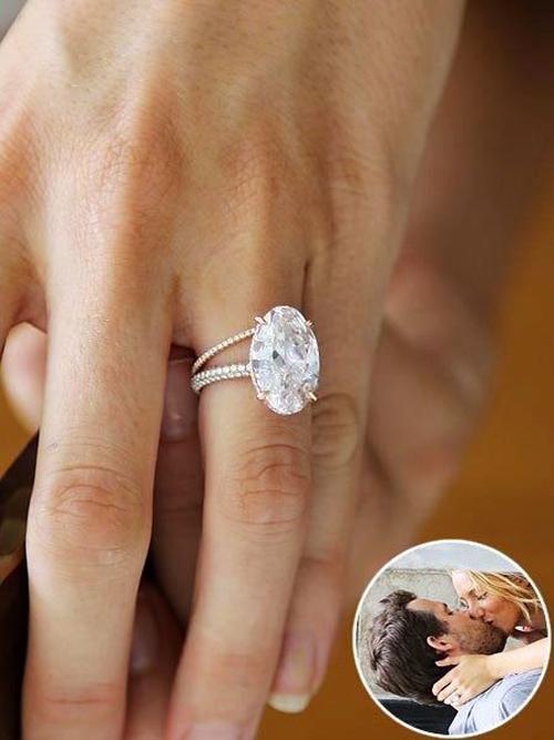 Chiếc nhẫn 12 carat được Ryan Reynolds dùng để cầu hôn Blake vào năm 2012,do Lorraine Schwartz thiết kế, có giá trị khoảng 2 triệu USD (46 tỷ đồng).Ảnh: Pinterest