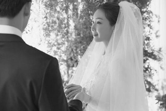 Choi Ji Woo và chồng trong ngày cưới.