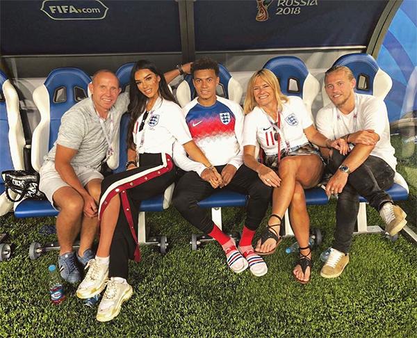 Dele Alli vui vẻ bên bạn gái và bố mẹ nuôi trong thời gian thi đấu World Cup ở Nga. Ảnh: Instagram.