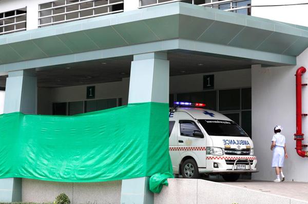 Kết thúc ngày giải cứu đầu tiên, 4 cậu bé được cho là yếu nhất trong đội bóng đã được đưa đến bệnh viện.Giới chức Thái Lan cho biết họ cần 10-20 tiếng để chuẩn bị các điều kiện phù hợp, trong đó có việc thay thế bình oxy, trước khi tiếp tục đưa các thợ lặn vào hang. Giới chức Thái Lan cho biết họ cần 10-20 tiếng để chuẩn bị các điều kiện phù hợp, trong đó có việc thay thế bình oxy, trước khi tiếp tục đưa các thợ lặn vào hang.