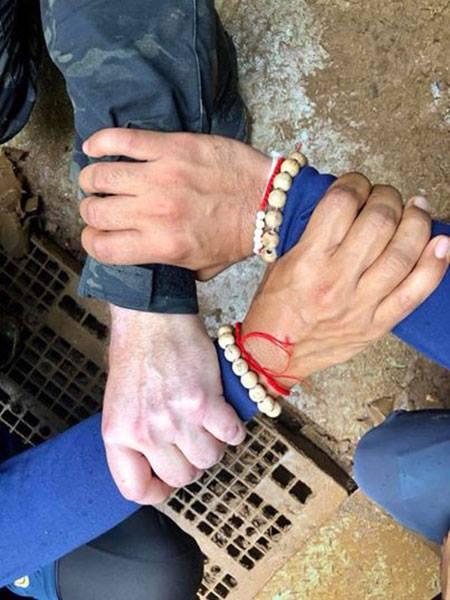 Các thợ lặn nắm chặt tay nhau thể hiện quyết tâm đưa 12 cầu thủ nhí ra khỏi hang an toàn.