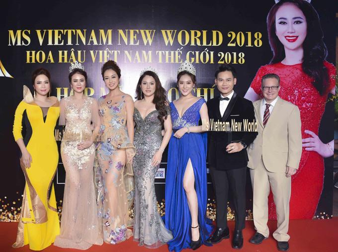 Hoa hậu Jennifer Phạm chụp ảnh cùng các khách mời tại sự kiện. Chung kết Hoa hậu Việt Nam thế giới 2018 diễn ra vào tối 1/9 tại Vancouver, Canada.