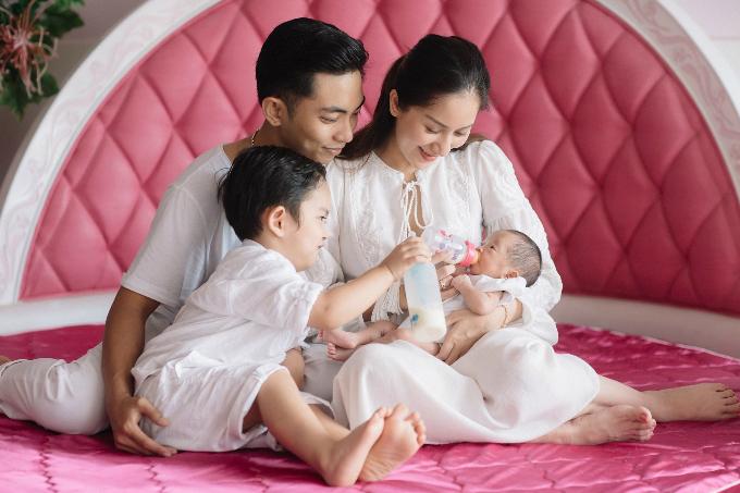 Khánh Thi - Phan Hiển hạnh phúc bên hai con. Nữ vũ công chia sẻ: Tấm hình đầu tiên gia đình 4 thành viên sum vầy tại nhà. Kỷ niệm đẹp sau này cho Kubi và Anna.