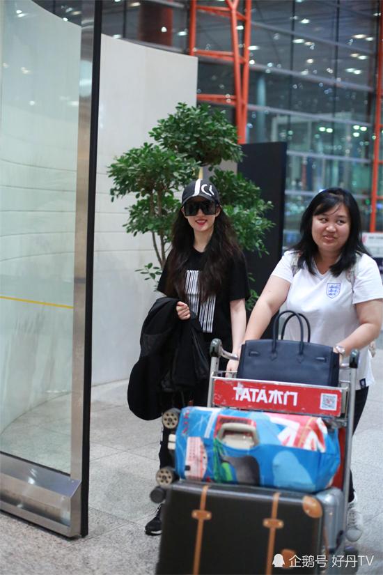 Ngày 9/7, Lưu Diệc Phi xuất hiện tại sân bay Quốc tế Thủ đô Bắc Kinh cùng trợ lý. Nữ diễn viên diện nguyên cây đen, đeo kính râm bản rộng, gương mặt rạng rỡ. Vóc dáng Lưu Diệc Phi mảnh mai rõ rệt, sau thời gian dài bị chê béo.