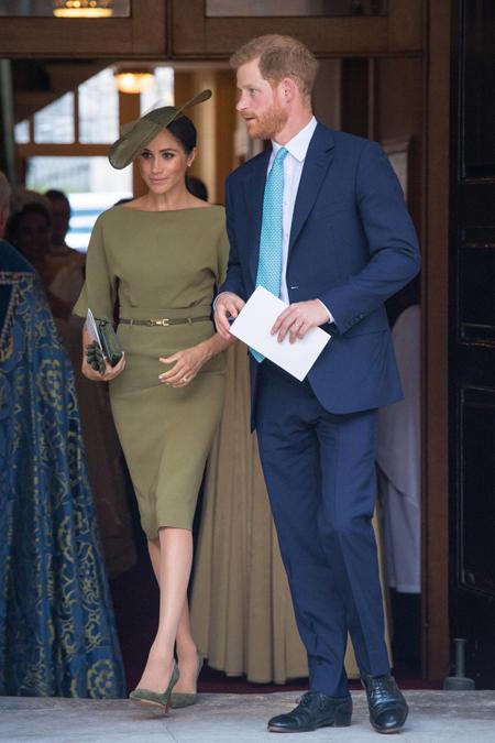 Ngoài ra, Nữ công tước xứ Sussex còn kết hợp các phụ kiện cùng tông màu với váy như mũ của Stephen Jones, giày cao gót của Manolo Blahnick, clutch và thắt lưng. Trong khi đó, Hoàng tử Harry mặc vest màu xanh navy, đeo cà vạt màu xanh da trời.