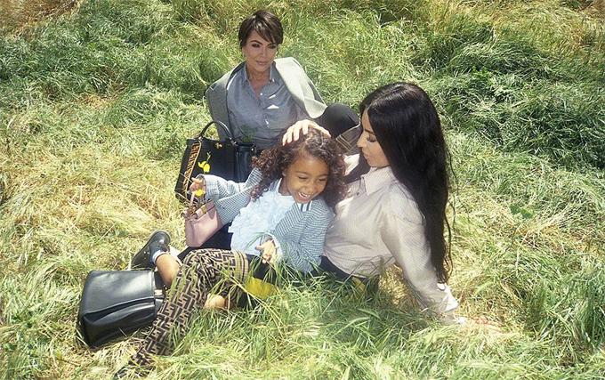Nori chụp ảnh quảng cáo cùng mẹ và bà ngoại.