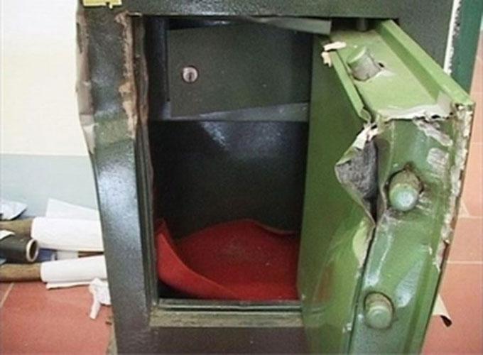 6 két sắt bị nam tài xế dùng búa, đục và dao phá để lấylấy gần 4 tỷ đồng. Ảnh minh hoạ