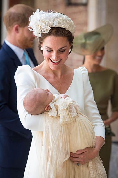 Hôm qua (9/7), Hoàng tử Louis, con thứ ba của vợ chồng William và Kate, đã được làm lễ rửa tội tại nhà thờ Hoàng gia, Điện St. James, London. Ngoài sự vắng mặt của Nữ hoàng và Hoàng thân Philip, tất cả các khách mời bao gồm người thân và bạn bè của vợ chồng Kate đều tham dự.