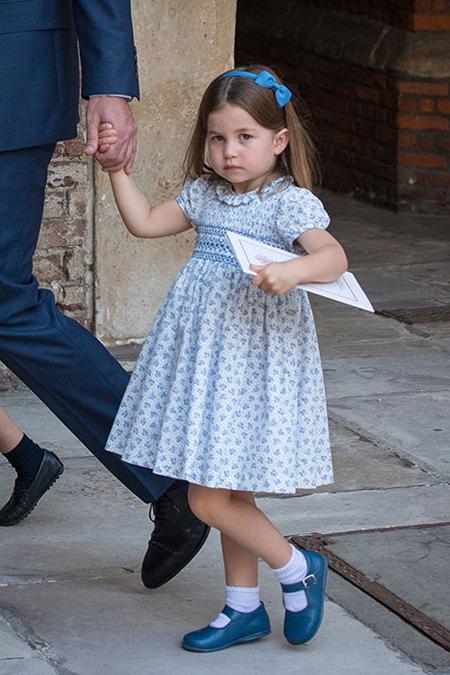 Công chúa Charlotte chiếm sóng trong lễ rửa tội của em trai - 1