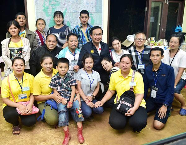 Thủ tướng Thái Lan chụp cùng gia đình các cậu bé trong đội bóng Wild Boars.