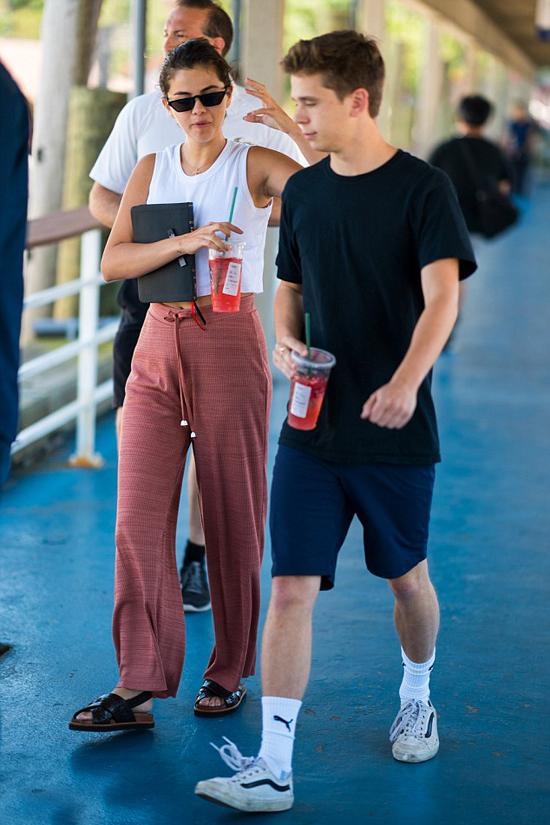 Selena Gomez vừa đi vừa say sưa tán chuyện với một anh chàng trên đảo Coney, New York hôm 8/7, một ngày sau khi người tình cũ Justin Bieber cầu hôn Hailey Baldwin.