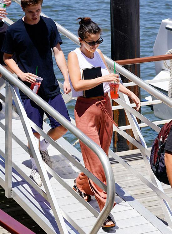 Ngôi sao 25 tuổi trông rất thoải mái, vui tươi. Chàng trai bí ẩn ở cạnh Selena trong suốt chuyến đi.