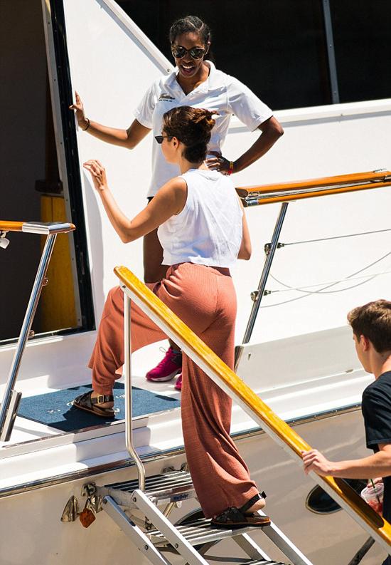 Selena đã có những ngày cuối tuần du hí cùng bạn bè trên du thuyền sang trọng. Những tháng gần đây, nữ ca sĩ dành rất nhiều thời gian nghỉ ngơi, chăm sóc bản thân để tránh bị căng thẳng. Hồi đầu năm nay, cô từng phải đi điều trị tâm lý 2 tuần.