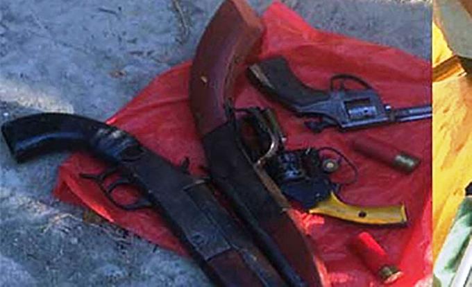 4 khẩu súng cảnh sát thu giữ khi truy bắt nhóm côn đồ hỗn chiến.