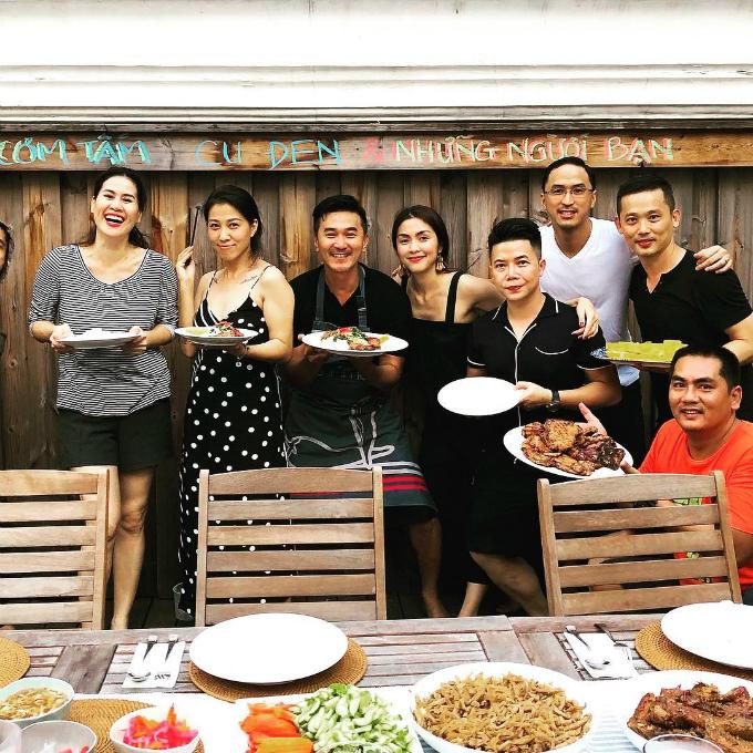 Vợ chồng Hà Tăng tạo dáng chụp hình cùng Thân Thúy Hà và những người bạn.