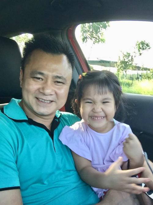 Con gái Tự Long được khencó điệu cười giốngbố.