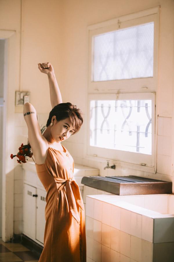 Uyên Linh chia sẻ cô rất ưng ý về sản phẩm mới dù suốt hai ngày quay phim, cô đã dầm mưa,tắm mình dưới nắng trong nhiều giờ.
