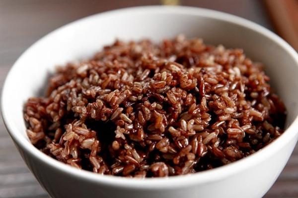 Gạo lứtHàm lượng chất xơ trong gạo lứt cao gấp hai lần gạo thường nên sẽ mất nhiều thời gian tiêu hóa hơn, giúp bạn cảm thấy no lâu hơn. Chưa kể, gạo lứt còn giàu vitamin và các chất dinh dưỡng, giúp làm đẹp da và tóc hiệu quả.