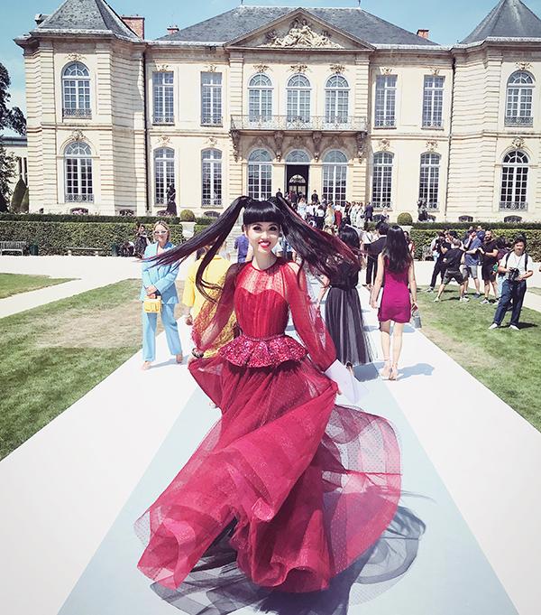 Cũng như nhiều tuần lễ thời trang quốc tế trước đây, Jessica Minh Anh được mời tham dự Paris Haute Couture Fashion Week Thu đông 2018 với nhiều show nổi tiếng như Christian Dior, Viktor & Rolf, Tony Ward, Guo Pei, Galia Lahav và hơn 10 show khác.