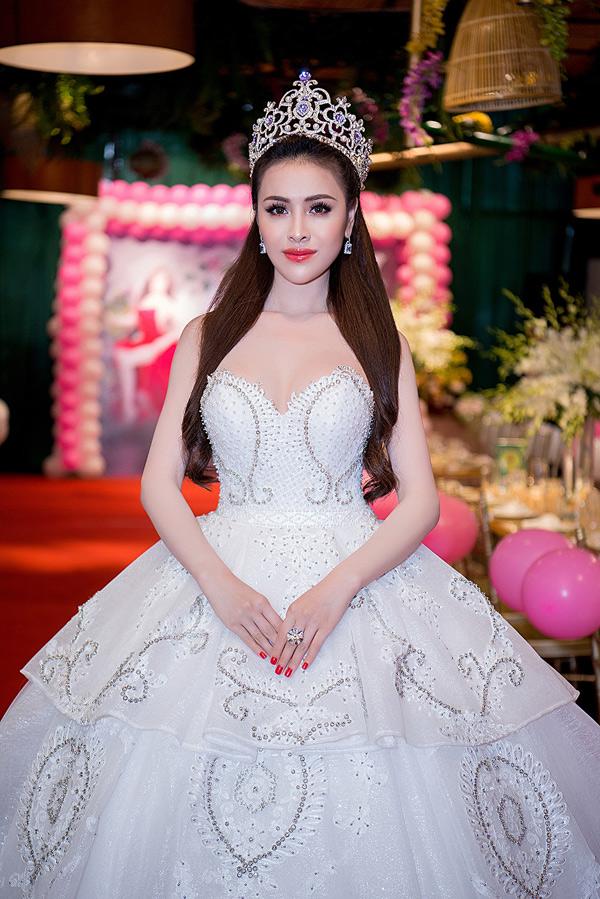 Thư Dung tổ chức tiệc mừng ngôi Á hậu Miss Eco International 2018 tại TP HCM. Cô xuất hiện với váy cúp ngực, tùng xòe rộng lộng lẫy như nàng công chúa.