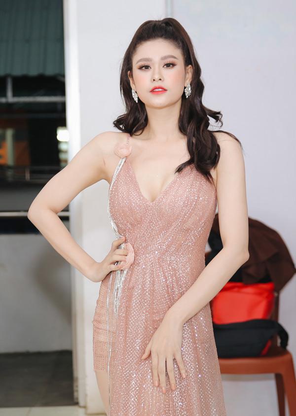 Trương Quỳnh Anh mặc gợi cảm tham gia đêm nhạc MV Top Hits tại TP HCM. Từ khi chính thức thừa nhận đã ly hôn với Tim, cô thường xuất hiện lẻ bóng.