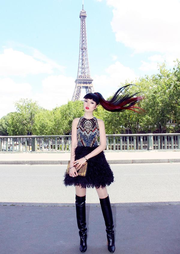 Nhân chuyến công tác Paris, cô diện nhiều bộ cánh thời thượng để ghi lại street style trên đường phố kinh đô thời trang thế giới.