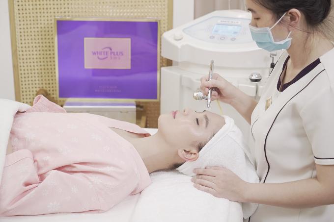 Chị Lý Thùy Chang cho biết, đến năm nay, khi sắp bước sang tuổi 30, Ngọc Trinh sử dụng thêm liệu trình trắng da mặtWhite Plusđể hạn chế mọi khuyết điểm cũng như dấu hiệu tuổi tác của làn da.