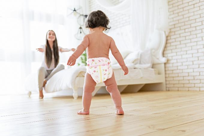 Cha mẹ bổ sung dinh dưỡng hợp lý, khuyến khích, chơi đùa cùng con sẽ giúp bé tự tin vận động, khám phá thế giới xung quanh.