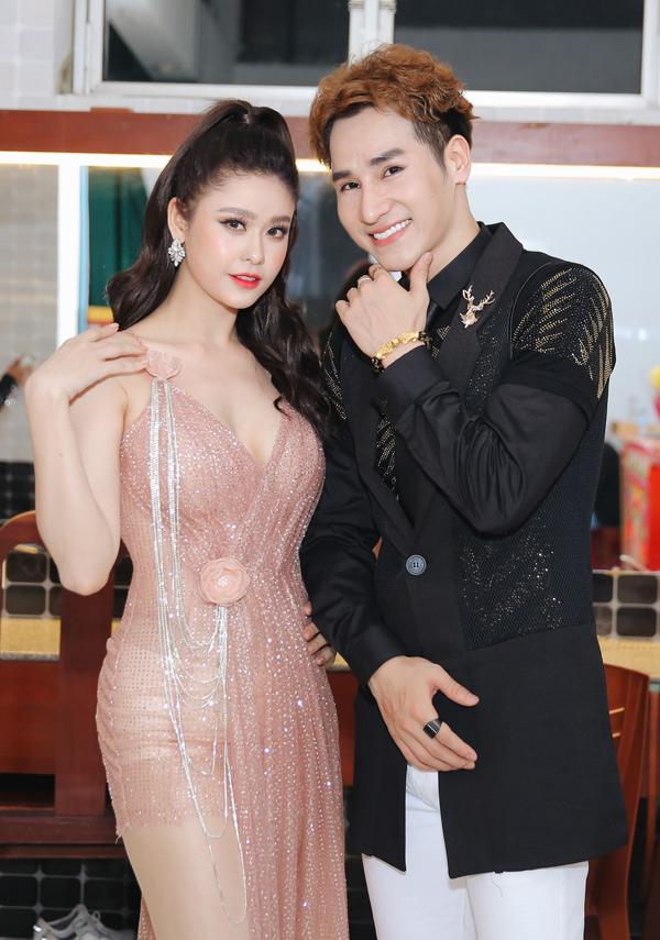 Trương Quỳnh Anh vui vẻ chụp ảnh cùng một nam đồng nghiệp.