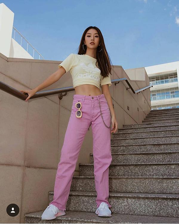 Jeans hồng xé gấy được fashionista phối ngẫu hứng cùng áo hở eo, giầy thể thao.