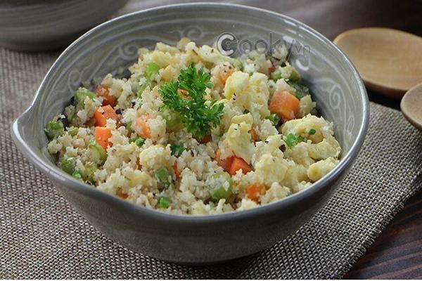 Bông cải Bông cải cắt nhỏ có thể dùng để ăn thay cơm. Một chén bông cải không chứa tinh bột, hàm lượng calories thấp, giàu đạm, vitamin C, magie và chất xơ, giúp bạn no lâu.
