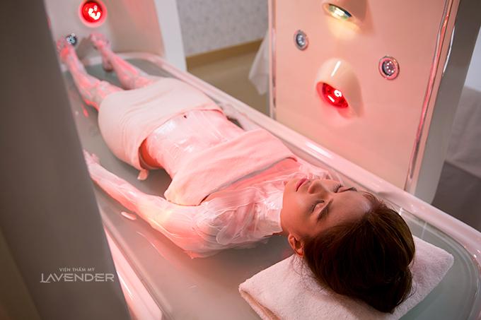 Kể từ đó, Ngọc Trinh luôn là người đầu tiên trải nghiệm những công nghệ trắng da mới tại Lavender. Năm 2014, công nghệ tắm trắng Hishine 3D mới ra mắt, cô quyết định sử dụng mỗi tuần để duy trì làn da trắng.